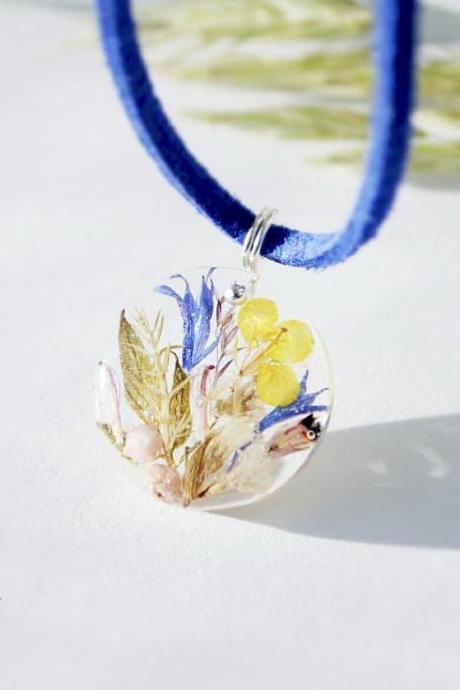 Laconic pendant with a floral arrangement necklace, resin necklace jewelry