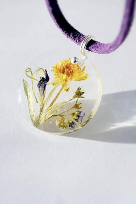 Charming resin pendant with wildflowers necklace